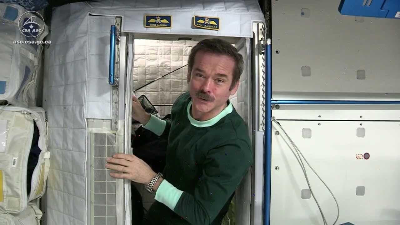 شاهد كيف ينام رائد الفضاء بدون جاذبية